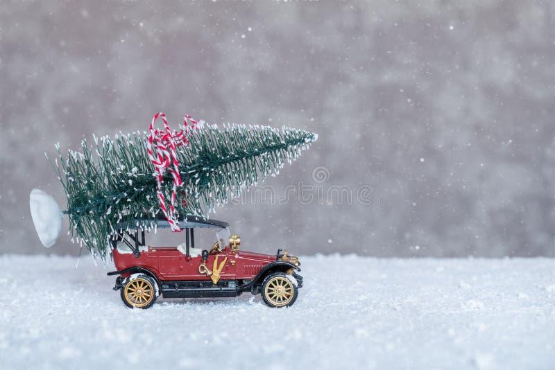 Kleines Retro- Auto mit Weihnachtsbaum stockfotografie