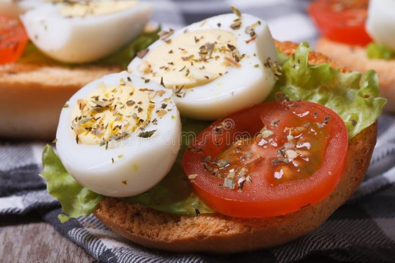 Kleines Sandwich mit Wachteleiern, -tomate und -kopfsalat lizenzfreies stockbild