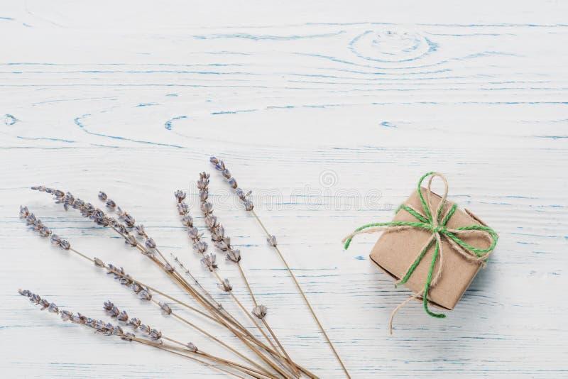 Kleines schön eingewickeltes Geschenk und Lavendel lizenzfreie stockfotografie