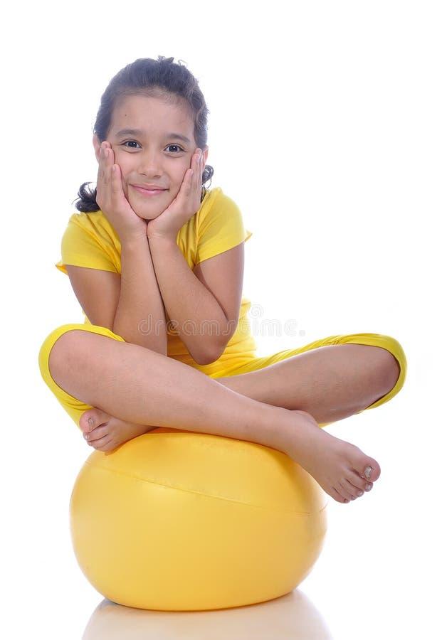 Kleines schönes Mädchen im Gelb stockfotografie