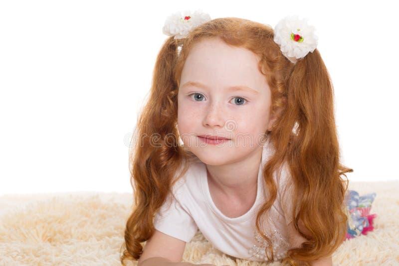 Kleines schönes Mädchen mit dem roten Haar lizenzfreie stockfotografie