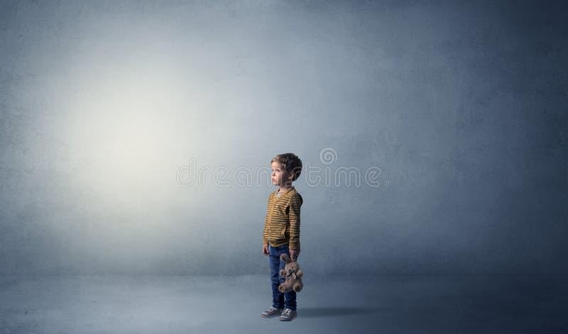 Kleines schelmisches Kind in einem leeren Raum stockbilder