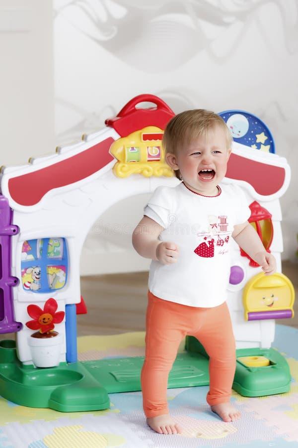 Kleines schreiendes Mädchenportrait stockfotos