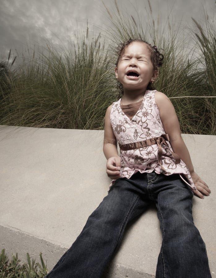 Kleines schreiendes und schreiendes Mädchen stockfotografie