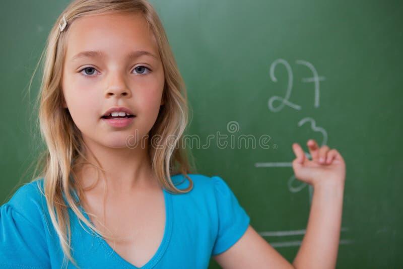 Kleines Schulmädchen, Das Ihr Resultat Zeigt Stockbilder