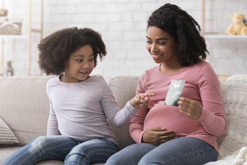 Schwarzes Mädchen wird schwanger
