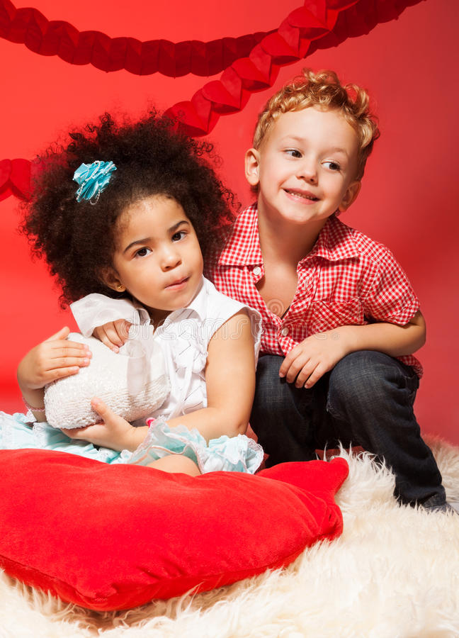 Kleines schwarzes Mädchen und kaukasischer Junge stockfotos