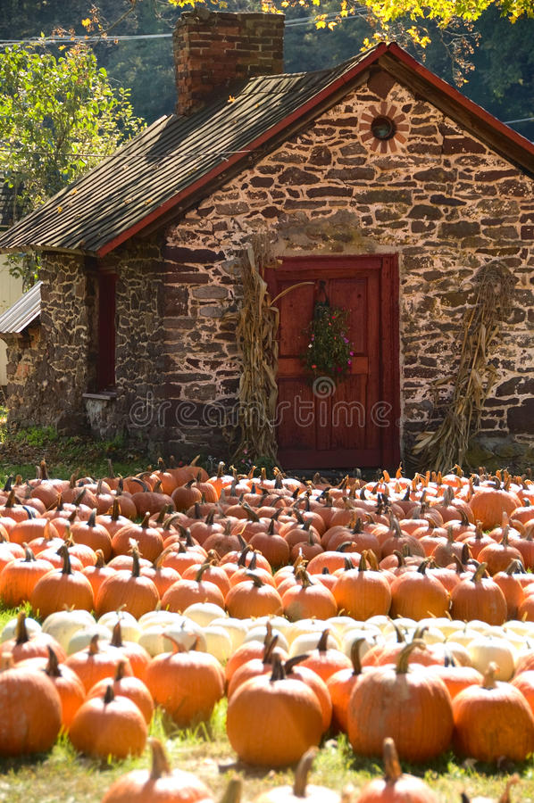 Kleines Steinhaus im Herbst lizenzfreies stockfoto