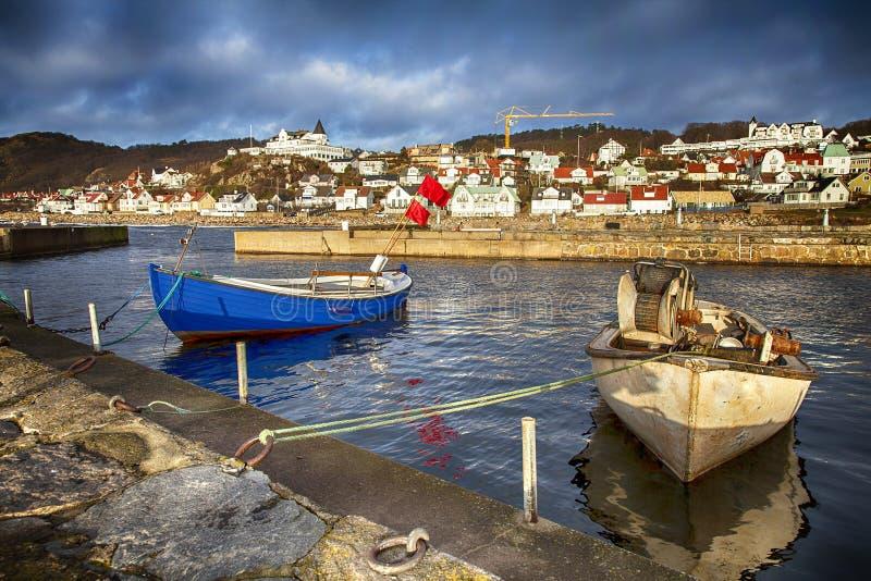 Kleines traditionelles Fischerdorf in Schweden lizenzfreies stockfoto