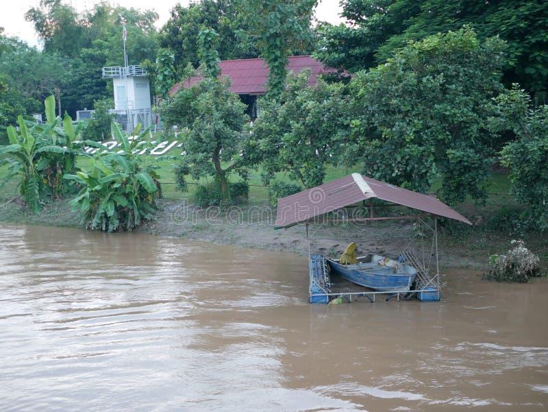 Kleines tragbares Dock für das Parken eines Bootes nahe bei einem Flussufer stockfotografie