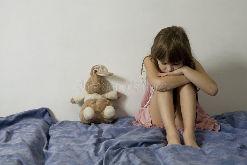 Kleines trauriges junges Mädchen mit Hasen lizenzfreies stockfoto