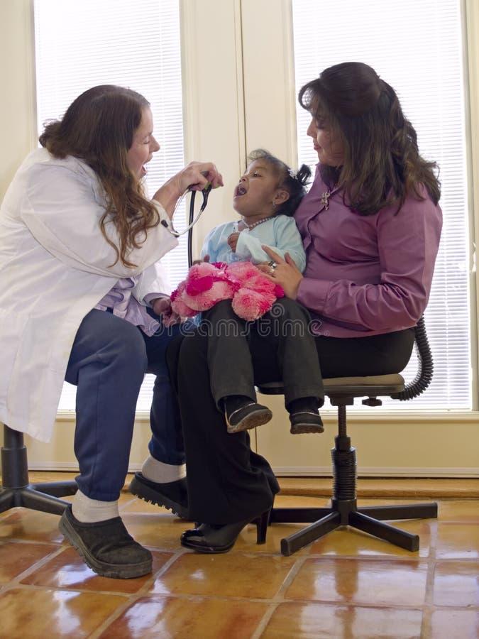 Kleines Ureinwohnermädchen im Büro eines Doktors stockbild