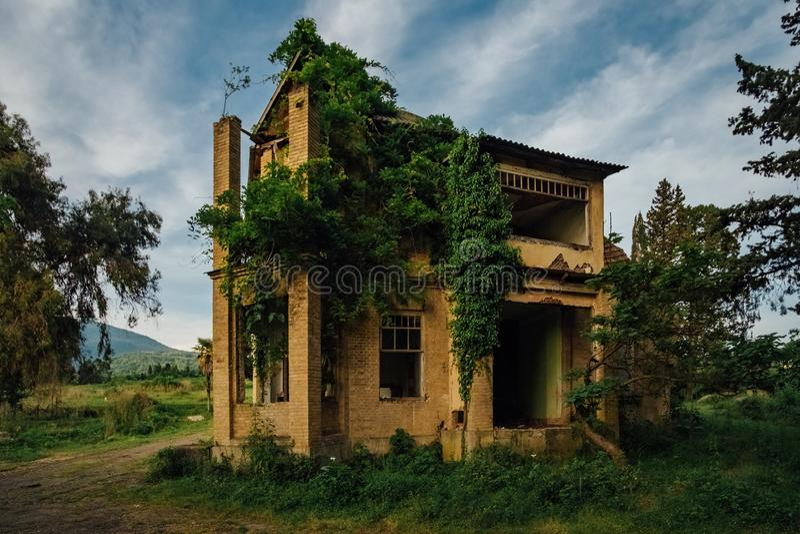 Kleines verlassenes überwuchertes ruiniertes Landhaus in Abchasien lizenzfreie stockfotos