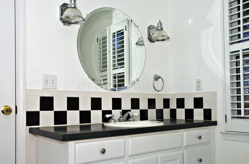Kleines weißes Badezimmer lizenzfreies stockbild