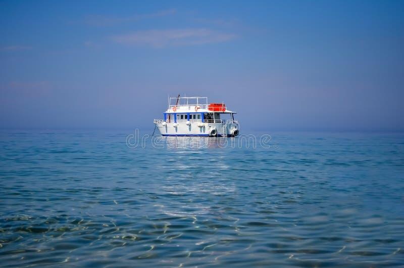 Kleines weißes Bootssegeln im Mittelmeer nahe Korfu-Küste gegen Himmel stockfotos