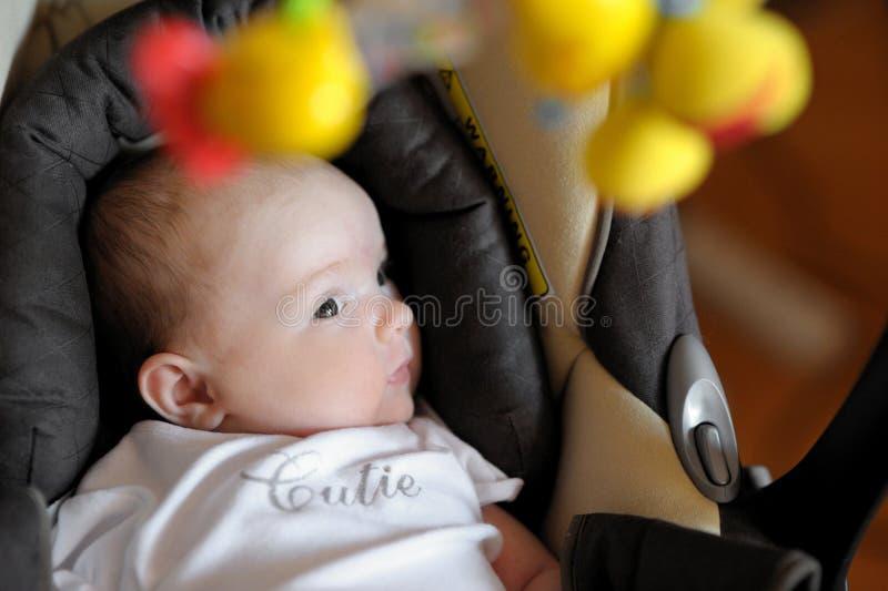 Kleines zweimonatiges altes Schätzchen in einem carseat stockbilder