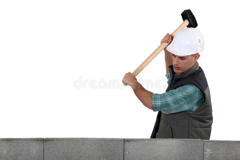 Kleinhandelaar die een houten hamer gebruiken stock afbeeldingen