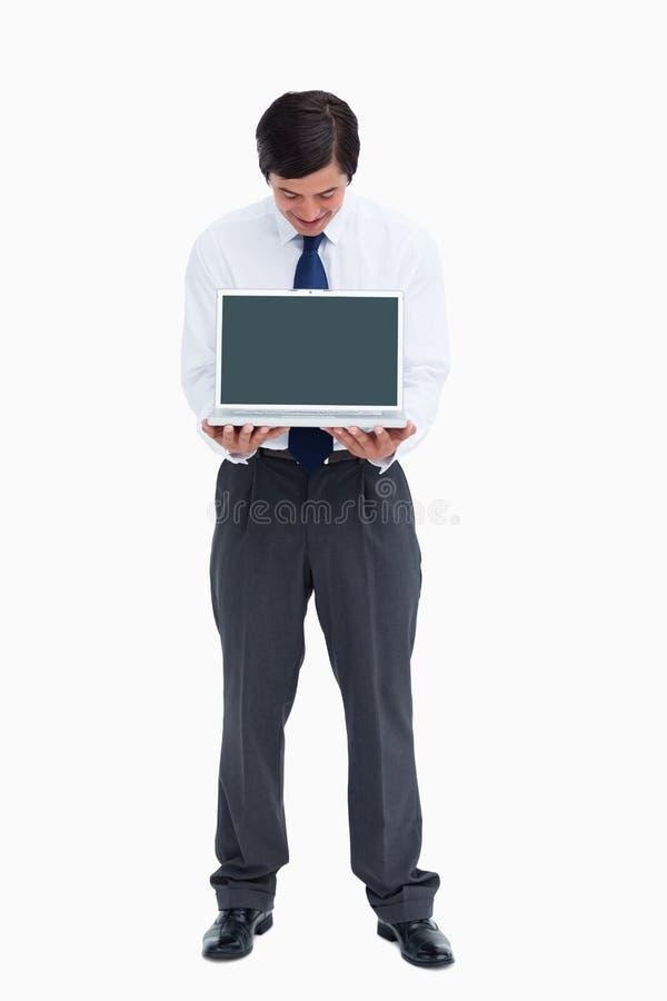 Kleinhandelaar die laptop het scherm bekijkt royalty-vrije stock foto's