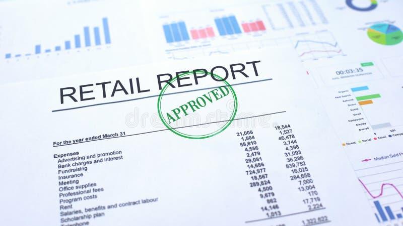 Kleinhandels goedgekeurd rapport, hand het stempelen verbinding over officieel document, statistieken stock fotografie