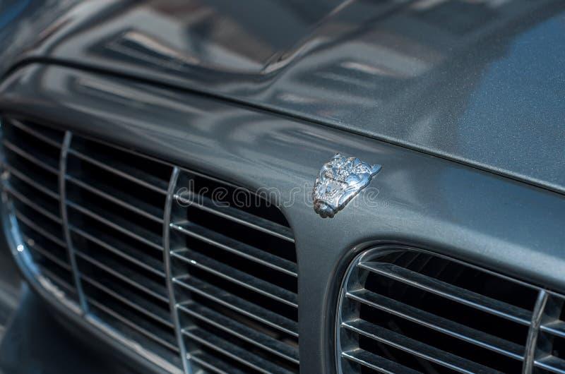 Kleinhandels van jaguar soeverein embleem op grijze die autovoorzijde in de straat wordt geparkeerd stock fotografie