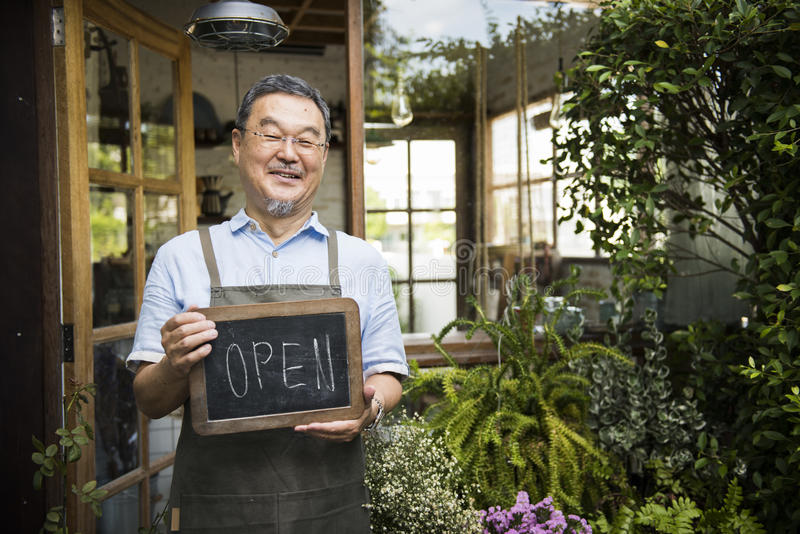 Kleinhandels Welkome het Bericht Kleinhandelsvoorzijde van de koffie Open Winkel stock foto