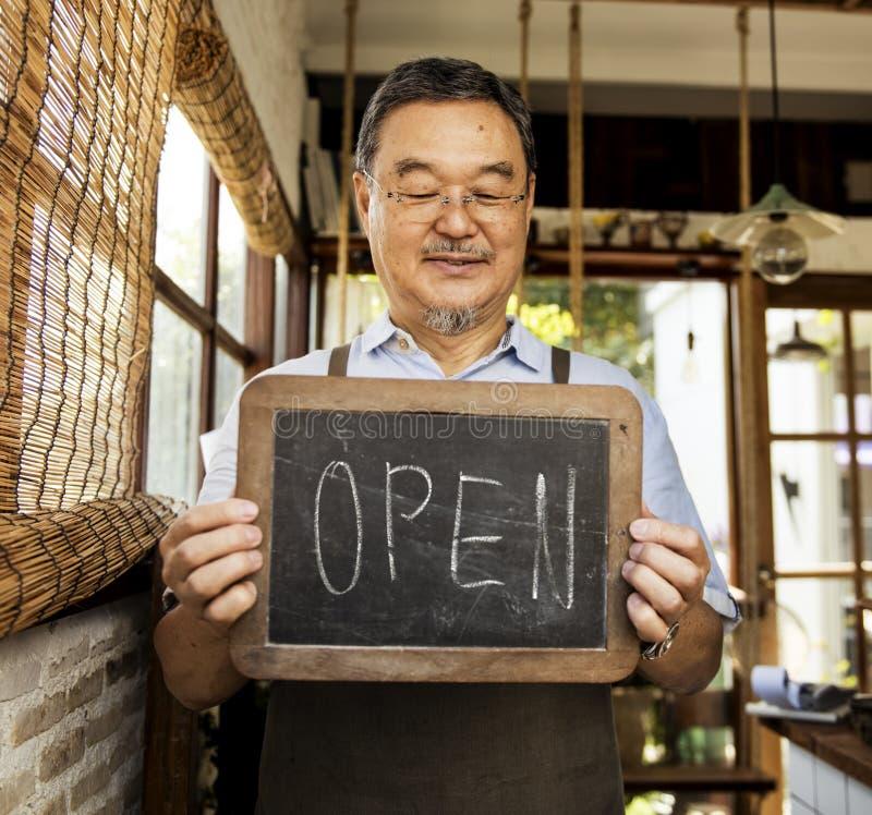 Kleinhandels Welkome het Bericht Kleinhandelsvoorzijde van de koffie Open Winkel stock afbeeldingen