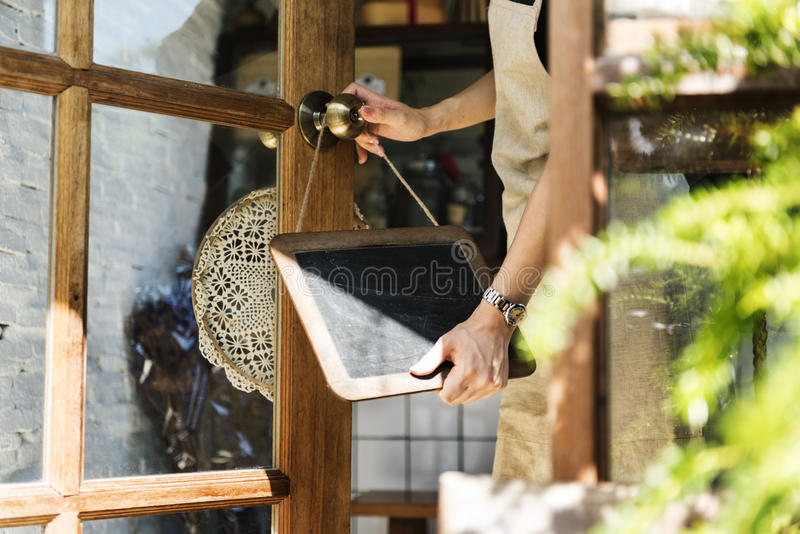 Kleinhandels Welkome het Bericht Kleinhandelsvoorzijde van de koffie Open Winkel royalty-vrije stock fotografie