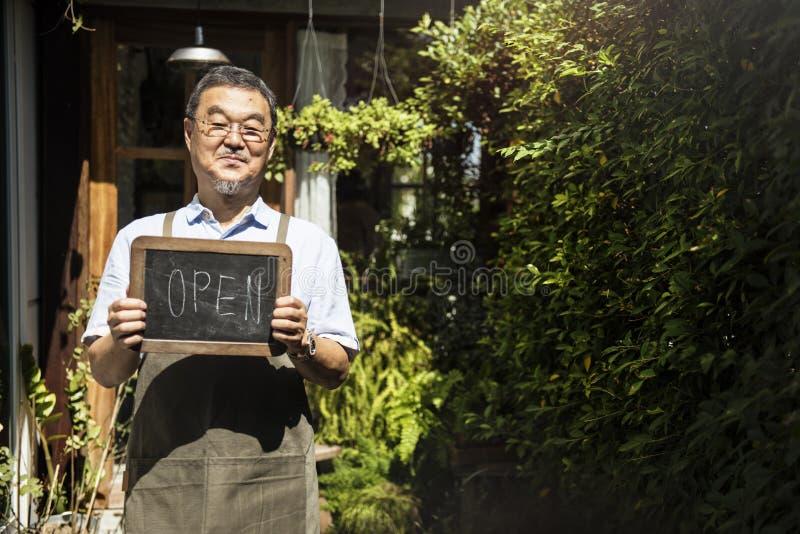 Kleinhandels Welkome het Bericht Kleinhandelsvoorzijde van de koffie Open Winkel stock fotografie