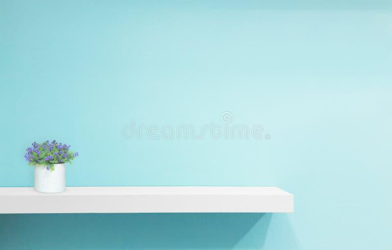 Kleinhandelsplank op lichtblauwe uitstekende achtergrond vul voorwerpen stock afbeelding