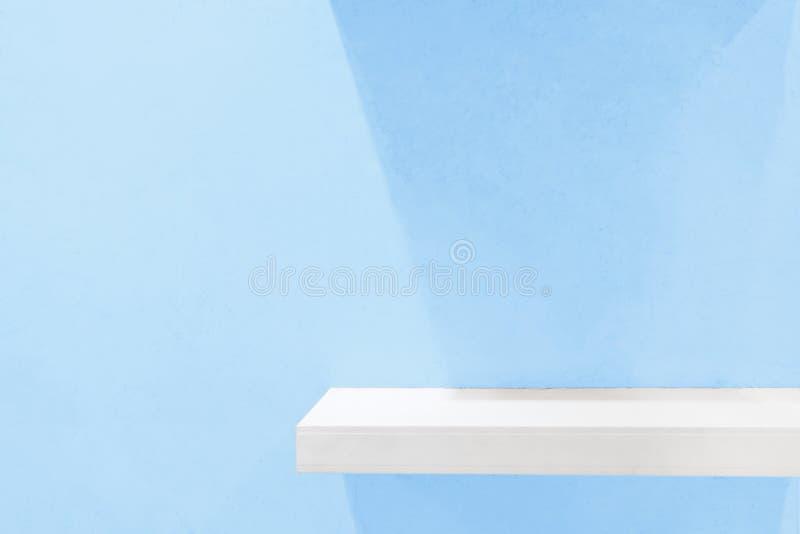 Kleinhandelsplank op lichtblauwe uitstekende achtergrond vul voorwerpen stock foto