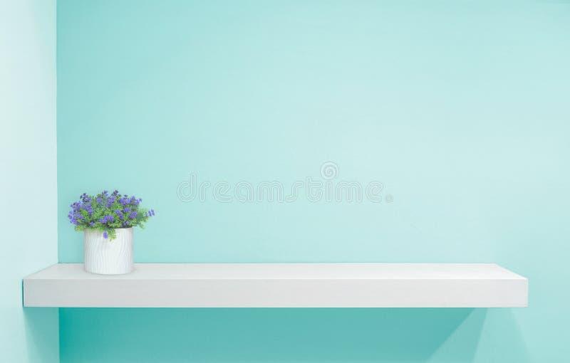 Kleinhandelsplank op lichtblauwe uitstekende achtergrond vul voorwerpen royalty-vrije stock afbeeldingen