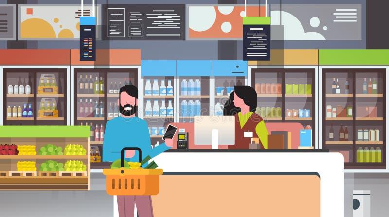 Kleinhandelsvrouwenkassier die bij de man van de controlesupermarkt de mandvoedsel van de klantenholding smartphone het winkelen  stock illustratie