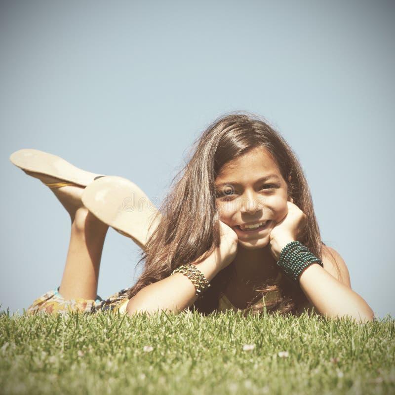 Kleinkind auf dem Gras lizenzfreies stockfoto