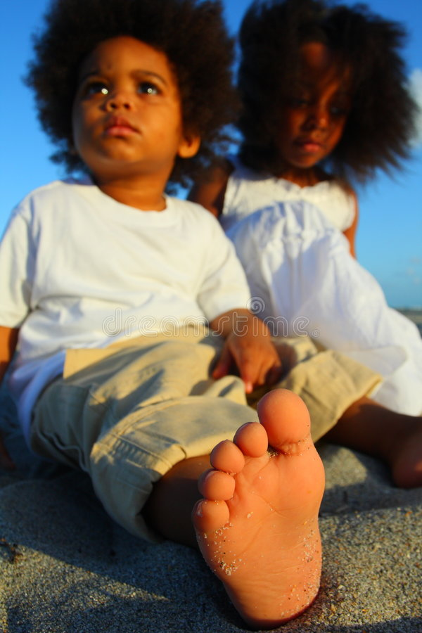 Kleinkind auf dem Sand lizenzfreie stockbilder