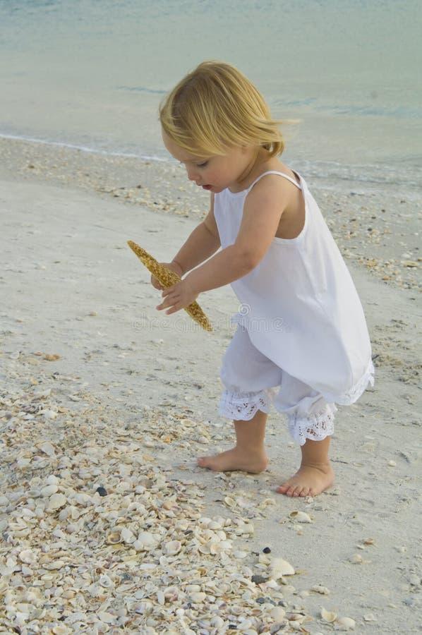 Kleinkind auf Strand stockfotografie