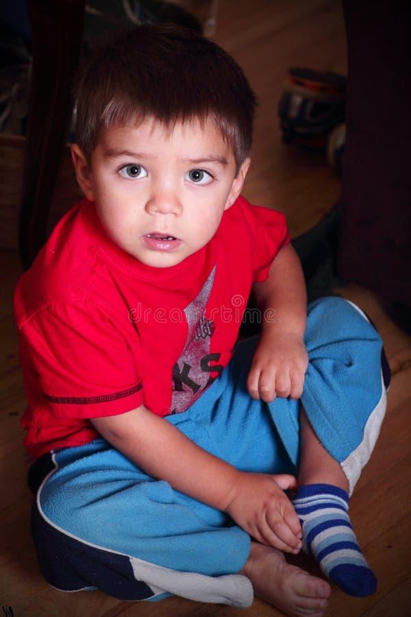 Kleinkind, das angekleidet erhält stockfoto