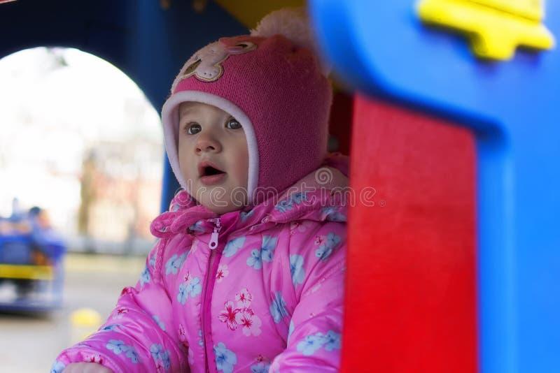 Kleinkind, das auf Spielplatz spielt lizenzfreie stockfotos
