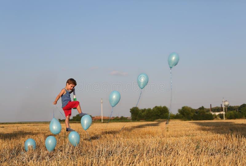 Kleinkind, das herauf die Treppe, Levitation geht lizenzfreies stockfoto