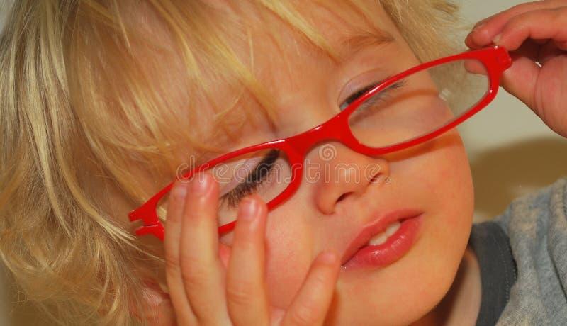 Kleinkind, das mit Gläsern spielt lizenzfreie stockfotos