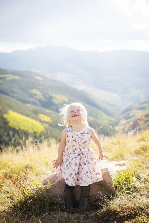 Kleinkind, das Spaß auf eine Gebirgsoberseite hat stockfotos