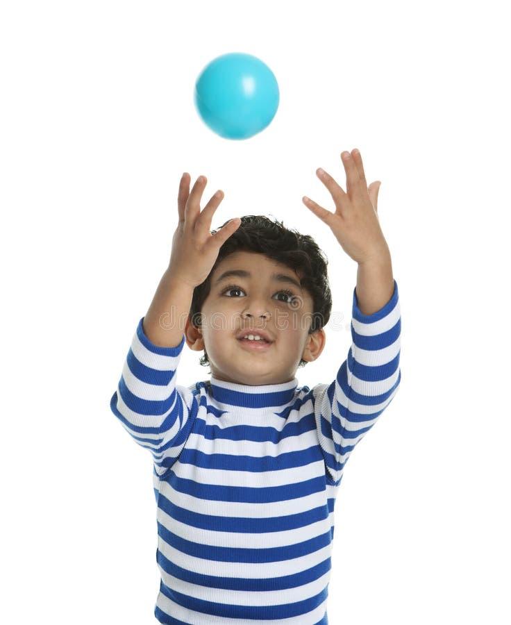 Kleinkind, das versucht, eine Kugel abzufangen lizenzfreie stockfotografie