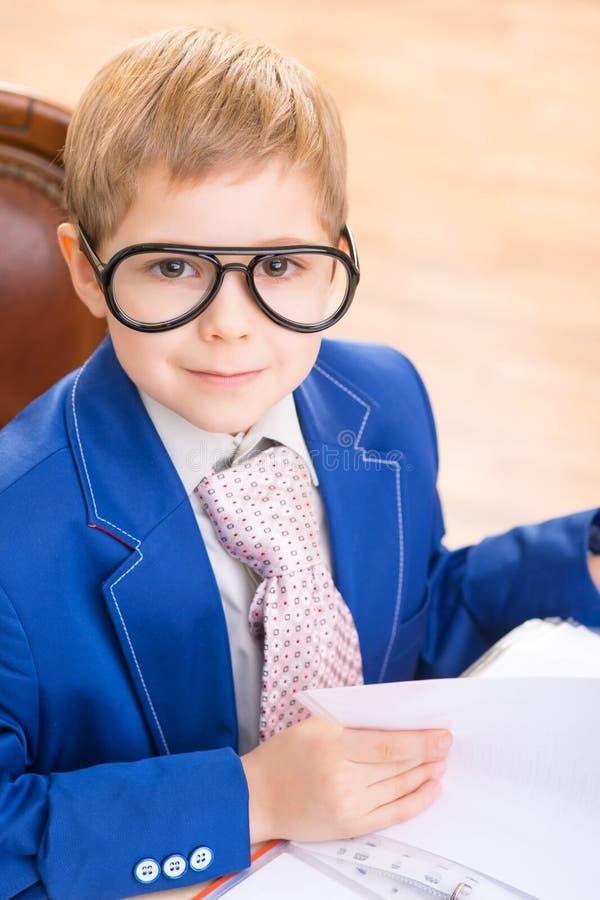 Kleinkind in den Gläsern, die durch Papiere schauen lizenzfreie stockbilder