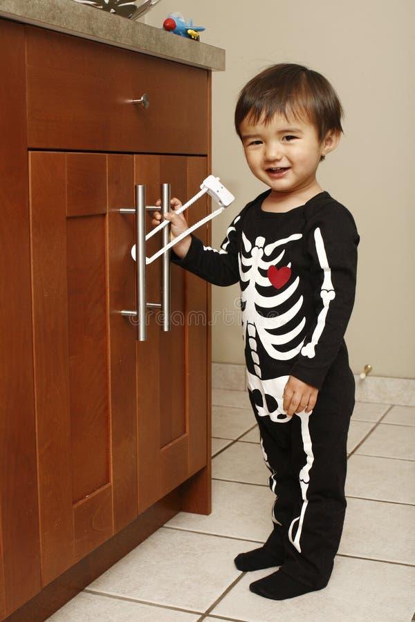 Kleinkind in der Küche stockfotografie