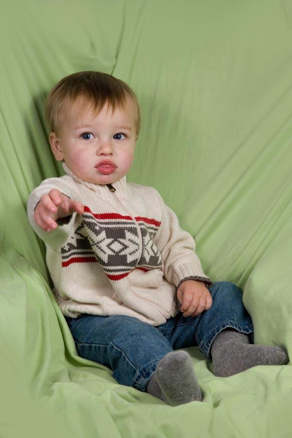 Kleinkind in der Winter-Kleidung stockfoto