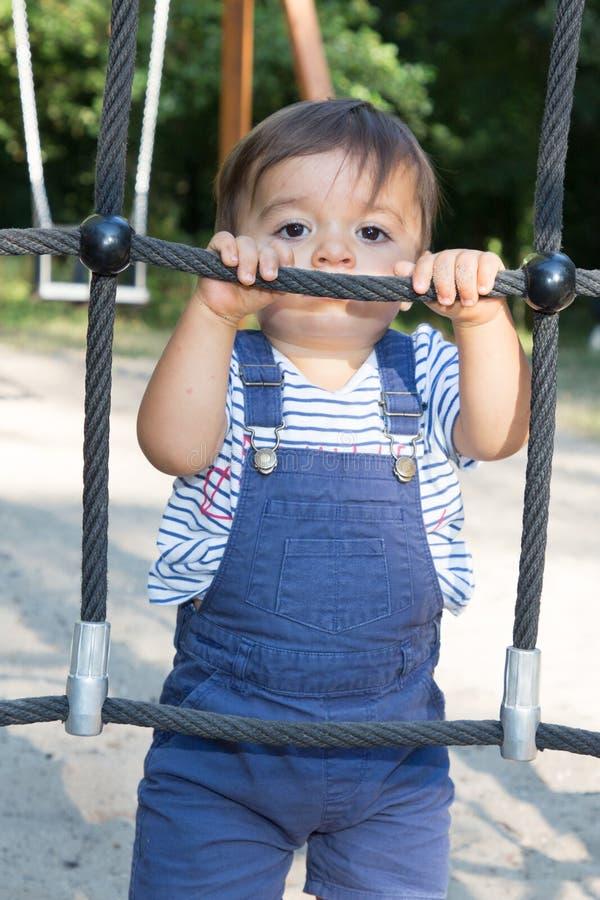 Kleinkind des kleinen Jungen Kinder, dasspaß auf dem Spielplatz beim Klettern hat lizenzfreies stockfoto