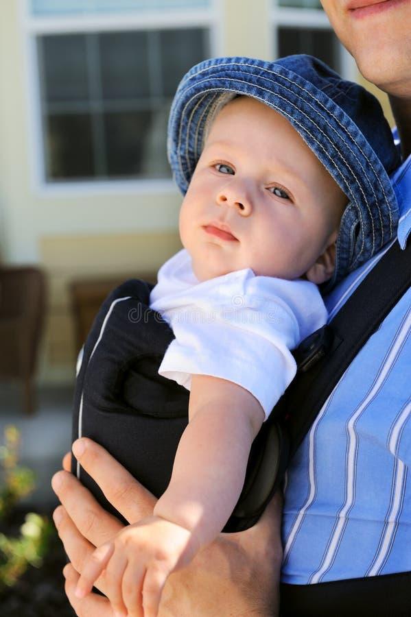 Kleinkind in einem Schätzchen-Träger lizenzfreie stockbilder
