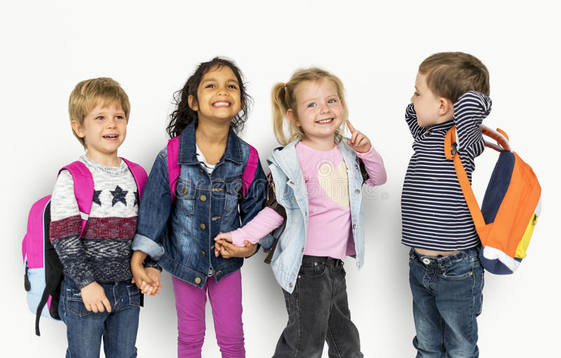 Kleinkind-Händchenhalten, das Rucksäcke trägt stockbilder