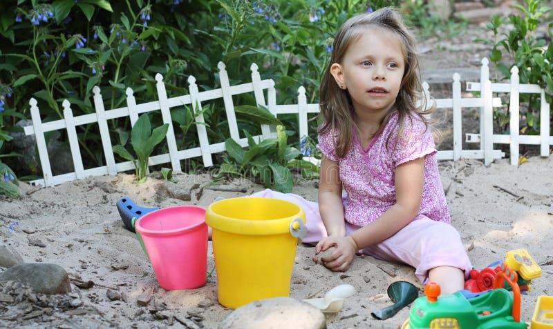 Kleinkind im Sand-Kasten lizenzfreie stockbilder