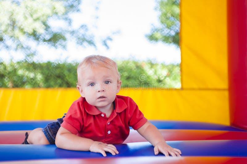 Kleinkind im Schlag-Haus stockbilder