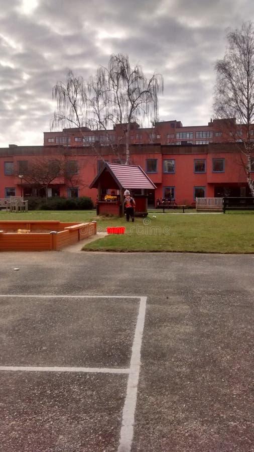 Kleinkind im Spielplatz stockfotografie